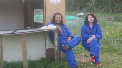 Ugur en Naz op de tuin voor het zelfgebouwde hutje van Ugur